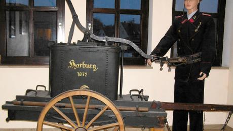 Die Feuerwehr in Harburg musste sich im 19. Jahrhundert erst einmal etablieren. Hier die Spritze von 1872.