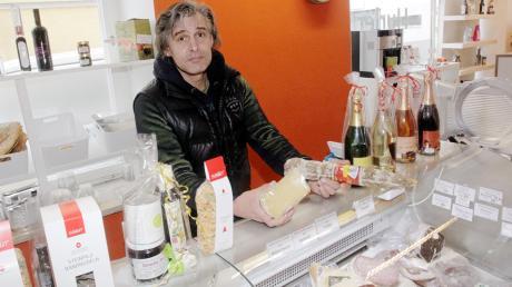 Noch steht Bernd Hurler hinter seiner Wurst- und Käsetheke. Nach Weihnachten sperrt der 50-Jährige seinen Feinkostladen für immer zu.