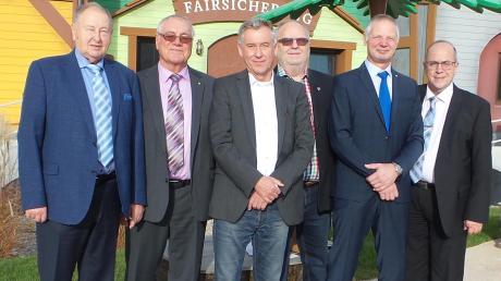 Das Foto zeigt (von links) Georg Seitz (TSV-Ehrenamtsbeauftragter), Ehrenschiedsrichterobmann Helmut Stoll, Werner Sutter, TSV-Präsident Martin Gleich, Alois Bock und den Ehrenamtsbeauftragten des Kreises Allgäu, Peter Wassermann.
