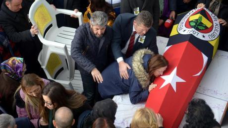 Abschied für immer: Mutter Zeynep und Vater Salim Akbas (Bildmitte, mit Bart) am Sarg ihres getöteten Sohnes Berkay am 12. Dezember 2016 in der Stadt Sinop.