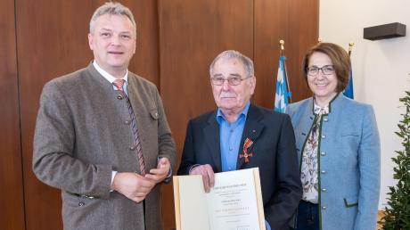 Bei der Verleihung: (von links) Bayerns Wirtschaftsstaatssekretär Roland Weigert, Siegfried Wölz und Tanja Schorer-Dremel (MdL).