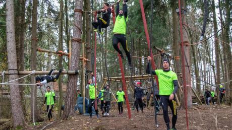 Verborgen im Wald ist die Trainingsanlage der Survival Runner des TSV Inningen. Hier wird gehangelt, geklettert und geturnt. Im Wettkampf müssen die Sportler Hindernisse überwinden.