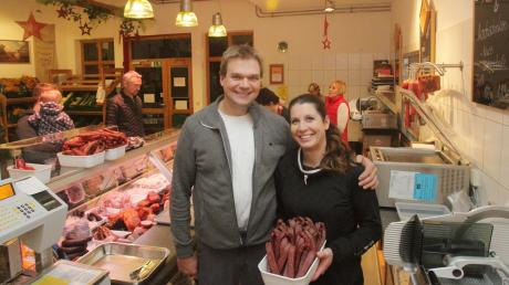 Florian und Tanja Schweiger verkaufen Fleisch und Wurst von ihren Bullen und Lebensmittel von Landwirten aus der Umgebung in ihrem Hofladen in Göggingen.
