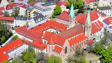 """Seit Juli dauert die """"bischofslose Zeit"""", im Bistum Augsburg an. Spekulationen, wer auf dem Bischofsstuhl im Augsburger Dom Platz nehmen könnte, gibt es reichlich."""