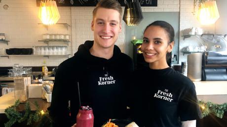 Marcel Heitvogt und seine Partnerin Patricia Wolf freuen sich, dass die Gäste ihr Lokal Fresh Korner in Pfersee annehmen.