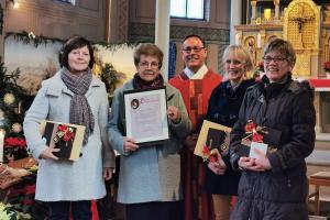 Ehrungen für die fleißigen Sängerinnen: Unser Bild zeigt von links Ruth Jans, Berta Alander, Pfarrer Andreas Specker, Birgit Häutle, und die Pfarrgemeinderatsvorsitzende Helga Hörmann.