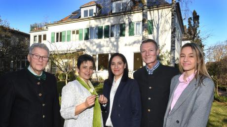 Das Hotel Villa Arborea in Göggingen bekommt neue Pächter. Inhaber Michael und Veronika Dey (von links) haben es an die Hotelier-Familie Rainer und Carmelita Golke sowie Tochter Larissa abgegeben.