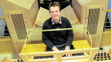 Die Schmid-Orgel auf der Empore von St. Georg zaubert Marius Beckmann ein Lächeln ins Gesicht. Bei einem Konzert zeigte er vor Kurzem, was in dem Instrument und in ihm steckt.