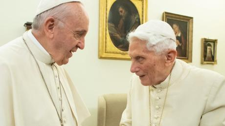 Publizist Andreas Englisch hat Franziskus (links) und Benedikt aus der Nähe erlebt.