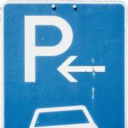 Über den Verkauf der  Parkplätze an der Kaufbeurer Straße in Mindelheim ärgert sich ein Stadtrat.