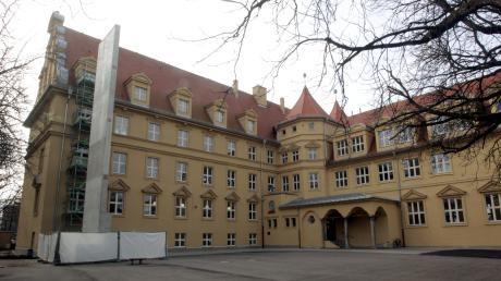 Die Mauer, die auch im zweiten Pausenhof der Hans-Adlhoch-Schule steht, mag Verwunderung auslösen: Sie dient als Trägerelement für die neue Fluchttreppe an beiden Gebäudeteilen. Mit dieser Konstruktion soll sowohl den Brandschutzrichtlinien als auch dem Denkmalschutz Genüge getan werden.
