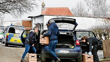 Akten haben Polizeibeamte bei der Durchsuchung des Bauernhofes in Dietmannsried gesichert.