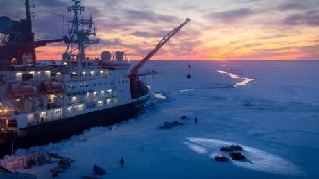 Das Forschungsschiff Polarstern auf der Eisscholle, die für ein Jahr als Forschungsstation für die MOSAiC-Expedition dient. Das Foto entstand im Oktober 2019, kurz vor der Polarnacht.