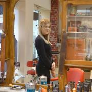 Die junge Meisterin Chiara Reichelt im Spiegel der Geschichte von drei Generationen einer Friseur-Familie. Im modernen Oettinger Salon wird die Einrichtung des Großvaters als Erinnerung hochgehalten.