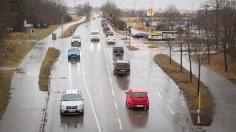 Die Kreuzung Augsburger Straße/Viktor-Frankl-Straße in Kaufering gilt als Unfallschwerpunkt. Ein Kreisverkehr soll das Problem lösen.