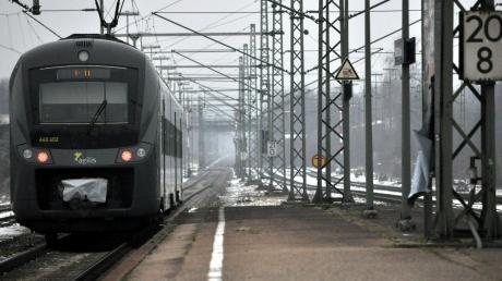 """Schon am Montagmorgen führte Sturmtief """"Sabine"""" zu erheblichen Beeinträchtigungen auf dem gesamten Schienennetz des Freistaats."""