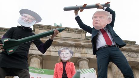 Der Iran und die USA bewegen sich nahe an der politischen Abbruchkante in Richtung Krieg. Europa ist ratlos. Unser Bild zeigt Demonstranten vor dem Brandenburger Tor in Berlin.