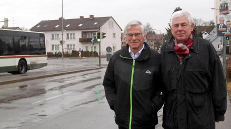 Dietmar Tiller und Rainer Kraus wollen verhindern, dass künftig aller Verkehr über die Kreuzung Brahmsstraße/Königsbrunner Straße läuft.