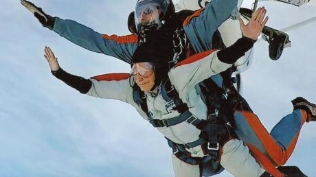 Eine Sportart für junge Leute? Mit 89 Jahren wollte es Anni Eisinger wissen und sprang mit dem Fallschirm ab.