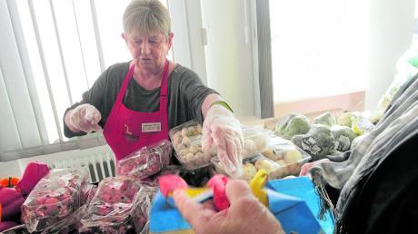 Einmal pro Woche können sich Kunden bei der Augsburger Tafel mit Lebensmitteln versorgen, wenn sie einen Berechtigungsausweis haben.