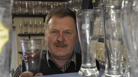 Sammelt Weizenbiergläser: Martin Völk aus Mertingen. Inzwischen nennt er 1500 Exemplare sein Eigen.
