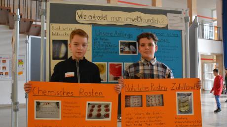 Max Krieger (links) und Felix Matzura erforschten, wie man umweltfreundlich Rost entfernen könnte.