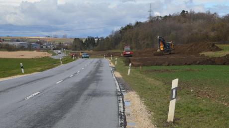 Mit großer Verzögerung soll der Ausbau der B492 zwischen Bergenweiler und Hermaringen planmäßig nun im kommenden Mai beginnen. Wie im Bild zu sehen ist, laufen bereits die Vorarbeiten. Für die Zeit der Bauarbeiten wird die Strecke komplett gesperrt sein – voraussichtlich für zwei Jahre.