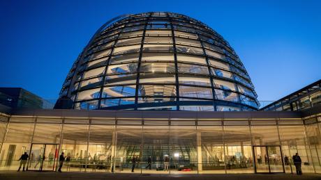 Fraktionstrakt unter der Reichstagskuppel: Ein Parlament kann den Betrieb nicht einfach einstellen wie ein Fußballverein.
