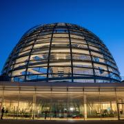 Das Reichstagsgebäude in Berlin: Bei der Bundestagswahl 2021 wird sich entscheiden, welche Partei im Bundestag wie viel Einfluss bekommt. Bei uns finden Sie aktuelle Umfrage-Ergebnisse.