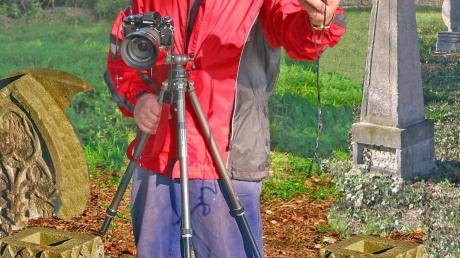 Die Kamera ist bei Hermann Engel immer dabei: Im Weißen Haus, bei Maos Trauerfeier oder auf dem Oettinger St.-Anna-Friedhof, wie unser Bild zeigt.