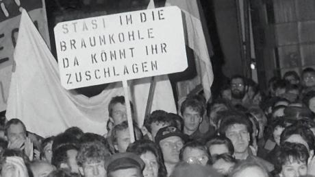 Stürmische Zeiten voller Ungewissheit: Nach einer friedlichen Demonstration vor der Stasi-Zentrale in der Berliner Normannenstraße dringen Tausende am 15. Januar 1990 in das Gebäude ein.