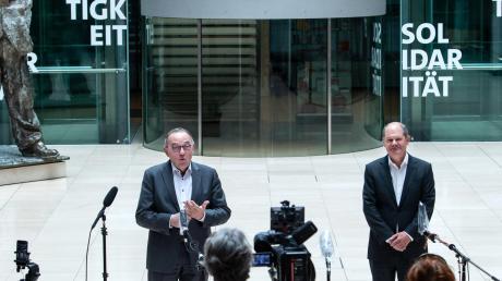 Parteiinterne Konkurrenten: SPD-Parteichef Norbert Walter-Borjans und SPD-Finanzminister Olaf Scholz im Berliner Willy-Brandt-Haus.