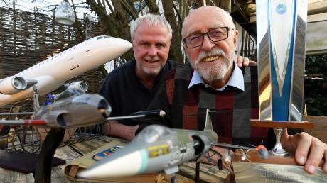 """Paul und Karl Stöber mit den Modellen der vielen Flugzeuge, die sie schon geflogen sind, und einem besonderen Pokal: Karl Stöber war bei einem Lehrgang in den USA Jahrgangsbester - so wie Tom Cruise im Film """"Top Gun""""."""