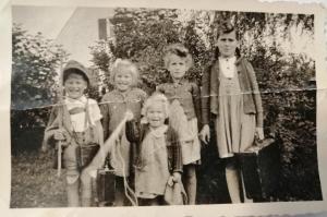 """Das Bild stammt aus dem Jahr 1945 und zeigt Elisabeth Mathia, geborene Schmid, aus Jettingen mit ihren Geschwistern. """"Für den Fall von Fliegeralarm hatte jeder sein Köfferle bereit. Die Kleinste halt ihr Nudeltuch."""""""