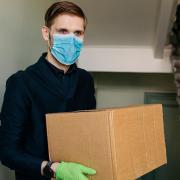 Atemschutzmaske und Handschuhe – das sind normalerweise nicht die Utensilien, die man für einen Umzug benötigt, in Corona-Zeiten allerdings schon.