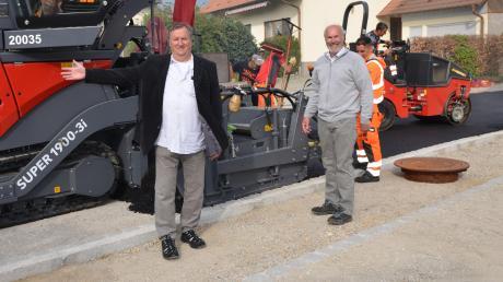 Unterroths neuer Bürgermeister Norbert Poppele (links) und Vorgänger Gerhard Struve (rechts) begutachten den Abschluss der Bauarbeiten.