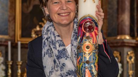 Helga Wöhr mit ihrer neuesten Kerze in der Megesheimer Kirche St. Lucia und Ottilia.