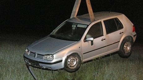 Der verunglückte VW Golf lag in einer Wiese bei Obenhausen, vom Fahrer fehlte zunächst jede Spur.
