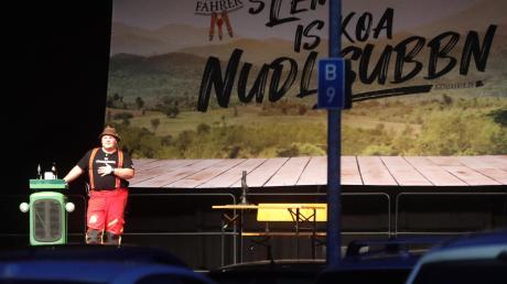 Der bayerische Kabarettist Addnfahrer mit seiner froh machenden Erkenntnis, dass das Leben keine Nudelsuppe sei, im Autokino auf dem Messegelände Augsburg.