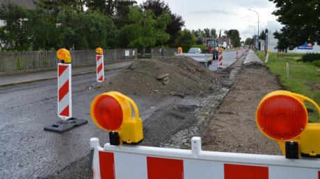 Hier, in der Günzburger Straße in Gundelfingen, wird eine Querungshilfe gebaut. Der Anwohner, der gegenüber auf der linken Seite wohnt, beschwert sich über den Standort der neuen Verkehrsinsel.