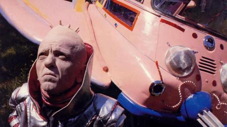 Der kleinwüchsige Außerirdische Xaver war mit einem pinkfarbenen Isetta-Raumschiff unterwegs. Es steht heute in Pfaffenhausen im Nachbarlandkreis Unterallgäu auf dem Vordach einer Wirtschaft.