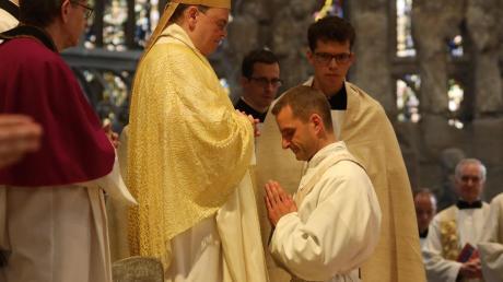 Marco Leonhart aus Pforzen im Ostallgäu während seiner Priesterweihe im Augsburger Dom. Dort versprach er Bischof Bertram Meier und dessen Nachfolgern Ehrfurcht und Gehorsam.