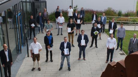 Die Abschlussfeier der Berufsschule Nördlingen fand auf zwei Etappen statt. Auf dem Bild eine Gruppe strahlender Preisträger.