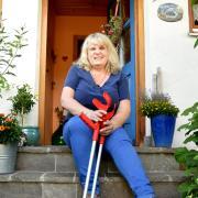 Drei Mal getroffen worden zu sein, von Stromschlägen und einem Blitzschlag, hat Silvia Weigl aus Neuburg nicht zynisch gemacht. Warum auch, sagt die heute 55-Jährige, helfen würde ihr das nicht. Also kämpft sie weiter gegen Berufsgenossenschaft und Rentenversicherung, damit ihre Arbeitsunfälle endlich anerkannt werden.