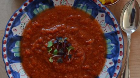 Kühle Suppen für heiße Tage sind lecker und gesund. Wer es gern etwas crunchy mag, gibt noch Toppings wie Stückchen von Gemüse oder hart gekochtem Ei in die Gazpacho.
