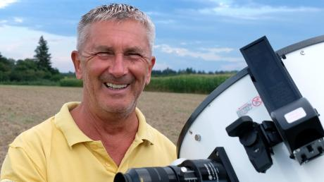 Hobby-Astronom Winfried Dumann aus Rain am Okular seines Dobson-Teleskops.