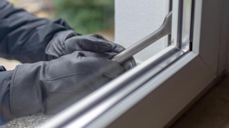 Ein Einbrecher hat am Sonntag in einem Gewerbebetrieb an der Gottlieb-Daimler-Straße in Langweid zugeschlagen.