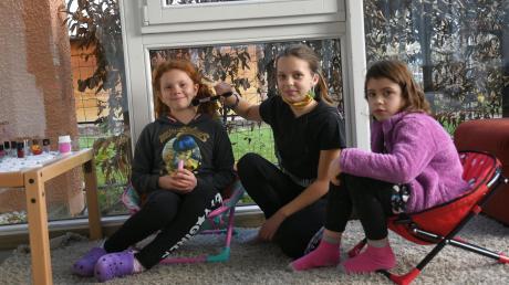 Genta empfängt in ihrem neu eingerichteten Beauty-Salon die anderen Kinder bei St. Clara. Ihre Stammkunden sind Cara (links) und Lena (rechts). Weil die Kinder in der Pandemie mehr Zeit im Haus verbringen müssen, kam die Idee. Wer bei Genta einen Termin möchte, muss sich an Regeln halten.
