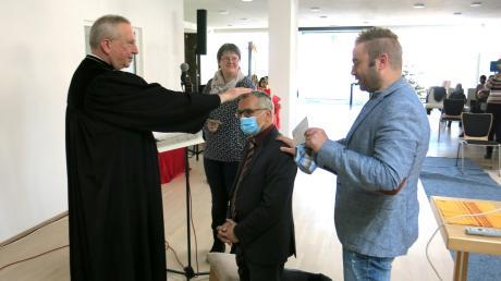 Dekan Gerhard Wolfermann und die Gemeindeleiter Andreas Mährle und Diana Hahn segneten Pfarrer Günter Guthmann im Rahmen der landeskirchlichen Beauftragung.