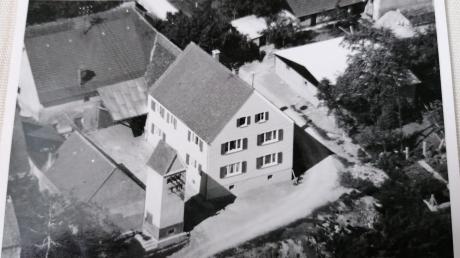 Die Transformatoren-Turmstation von 1919 bei der Furtstraße an der Wörnitz ist neben vier weiteren Stationen des Dorfes noch heute in Betrieb.
